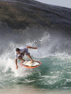 Fabio Gouveia, o mestre do estilo, surfando no Arpoador, Rio de Janeiro