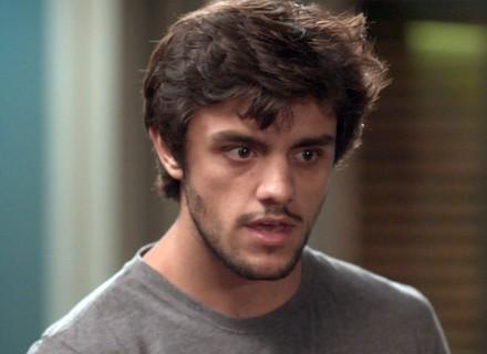 Depois de saber que Eliza e Arthur estão na boate, Jonatas desiste de jantar e vai embora