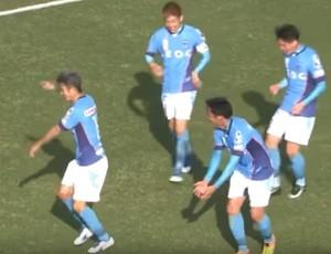 Kazu samba na comemoração do gol do Yokohama FC