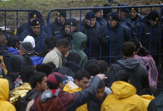 Polícia croata, em Babska, está de prontidão na fronteira com a Sérvia (Foto: Darko Vojinovic/AP)