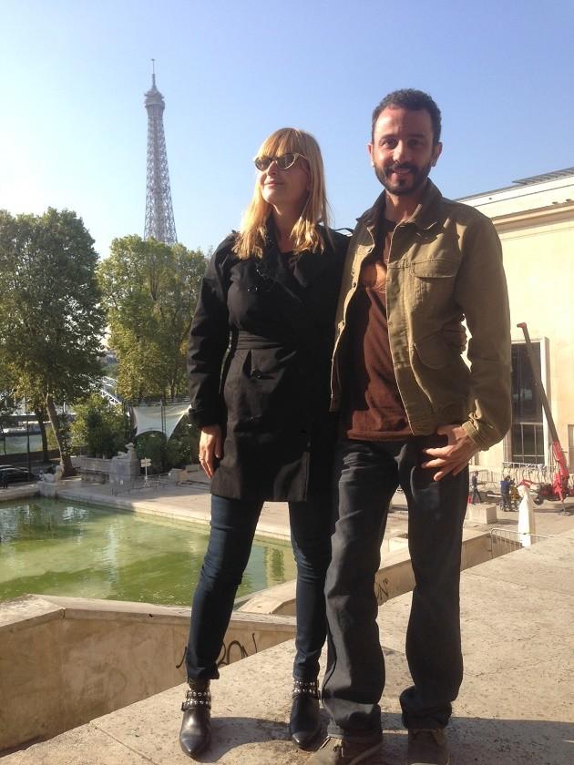 O artista Rodrigo Braga ao lado da fundadora da Sam Art Projects, Sandra Hegedü, no Palais de Tokyo em Paris.