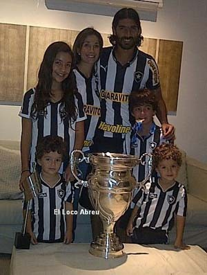 Loco Abreu e a famlia com a Taa Rio 2012 (Foto: Reproduo/Facebook)