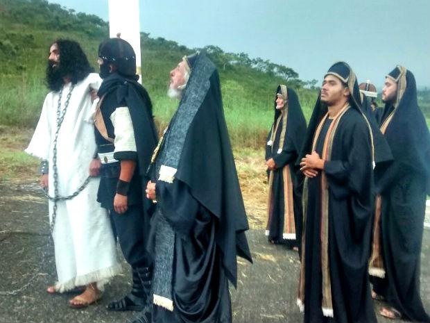 Atores durante encenação da Via Sacra no Morro da Capelinha em Planaltina, no Distrito Federal (Foto: Isabella Calzolari/G1)