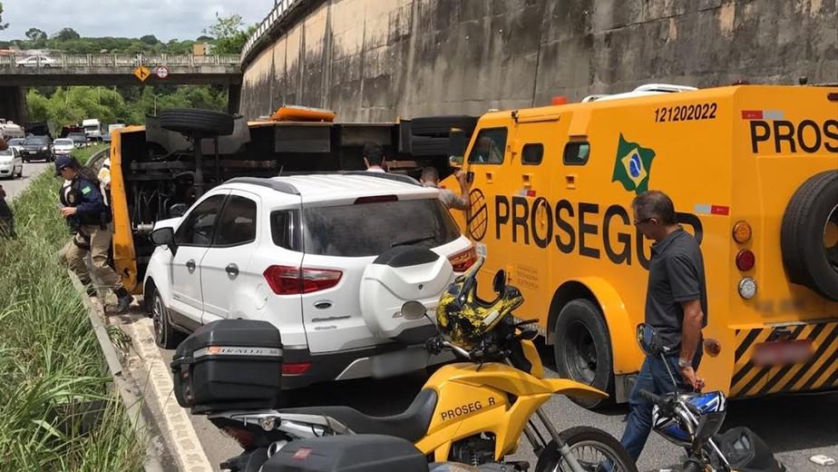 Carro-forte tomba e interdita trecho da BR-230 em João Pessoa