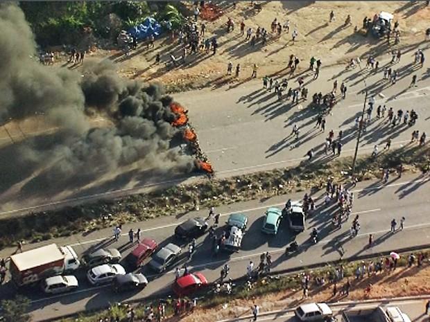 Manifestantes fecham BR-040, em Ribeirão das Neves, na Grande BH (Foto: Reprodução/TV Globo)