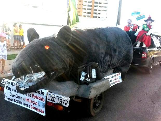 Um rato gigante foi usado por manifestantes em Rondonópolis (Foto: Wesley Mendonça/ TVCA)
