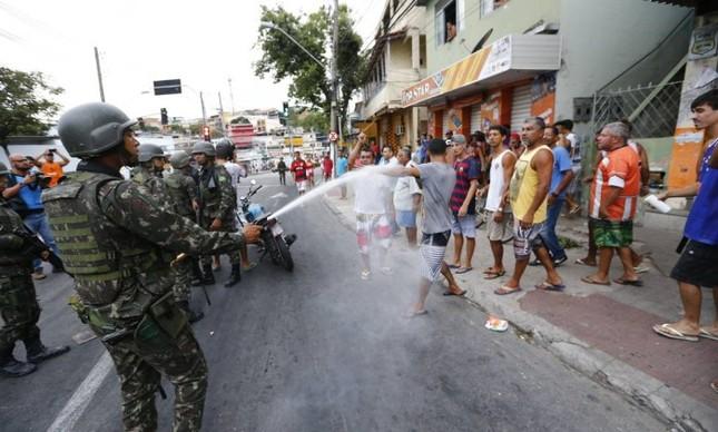 Exército impede confronto entre manfestantes pró e contra a greve da PM, em Vitória