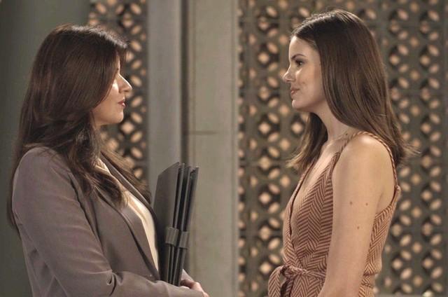 'Pega pega': Maria Pia (Mariana Santos) e Luiza (Camila Queiroz) (Foto: TV Globo)