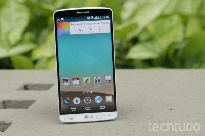 O tela do LG G3 ocupa quase toda a parte frontal do smartphone (Foto: Lucas Mendes/TechTudo)