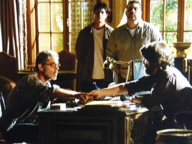 Meticuloso, Dom Rafael decide investigar Duque e Cassiano (Foto: Flor do Caribe/TV Globo)