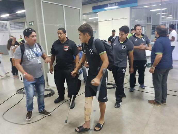 Marcinho sai de muletas do Estádio NIlton Santos (Foto: Marcelo Baltar)