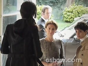 Roberta tenta impedir Angela de sair (Foto: O Rebu / TV Globo)