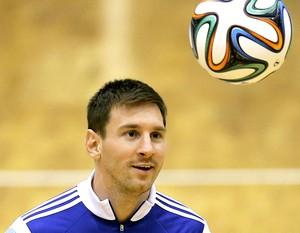 Messi no treino da Argentina em ginásio na Romênia (Foto: EFE)