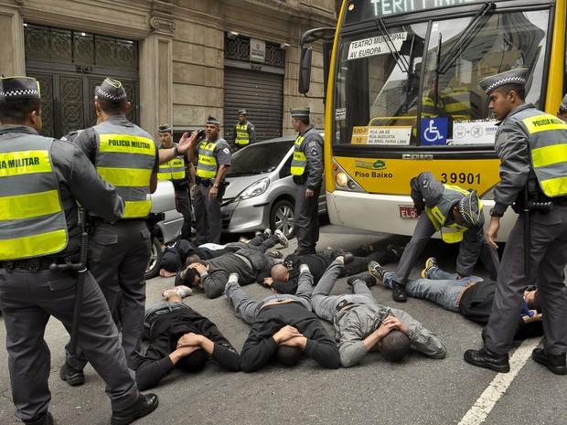 Policiais detém grupo que atacou torcedores da Inglaterra reunidos do lado do Fifa Fan Fest no Anhangabaú (Foto: Rafael Belzunces/Frame/Estadão Conteúdo)
