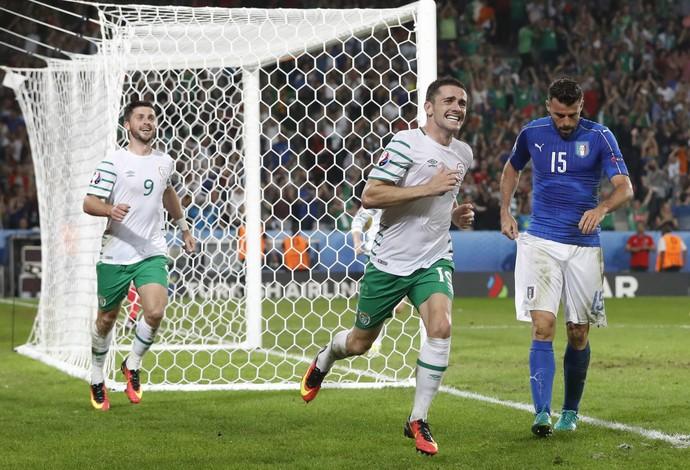 Robbie Brady, Itália x Irlanda, Eurocopa 2016 (Foto: Reuters)