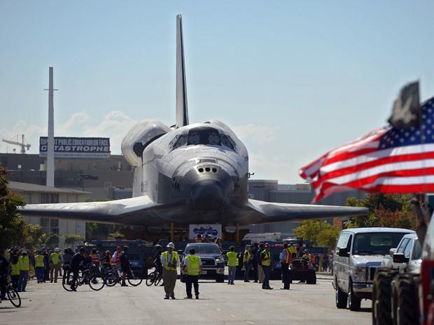 Na madrugada desta sexta-feira (12), o ônibus fez uma viagem de dois dias a 3,2 km por hora em cima de um transportador de enormes rodas até o California Science Center. A agência espacial quer agora focar em uma nova modalidade de aeronaves, com o objeti (Foto: Reuters)