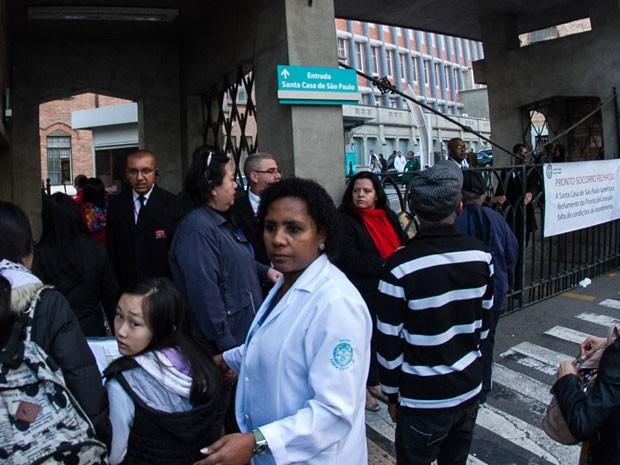 Pacientes encontram portões da Santa Casa fechados nesta quarta (Foto: Dario Oliveira/Código19/Estadão Conteúdo)