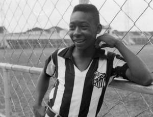 Pelé, quando vestiu a camisa do Santos pela primeira vez (Foto: Reprodução/Twitter)