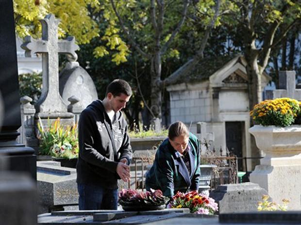 Franceses visitam cemitério Pere Lachaise, em Paris (Foto: Miguel Medina/AFP)