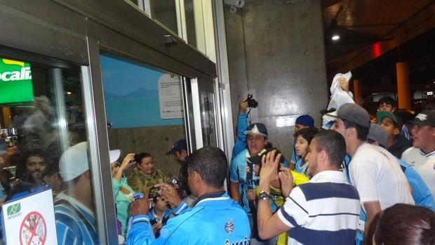 Chegada do time do Grêmio, após classificação na Libertadores (Foto: Hector Werlang / GLOBOESPORTE.COM)