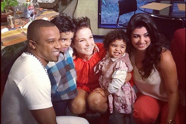 Alexandre Pires e família no camarim da Xuxa (Foto: Reprodução/ Xuxa Produções)