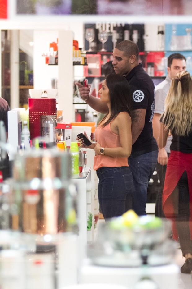 Adriano com namorada em shopping no RJ (Foto: Derick Abreu / Photo Rio News)