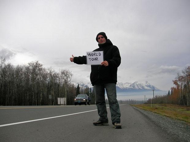 Jérémy Marie pedindo carona no Canadá (Foto: Jérémy Marie/Arquivo pessoal)