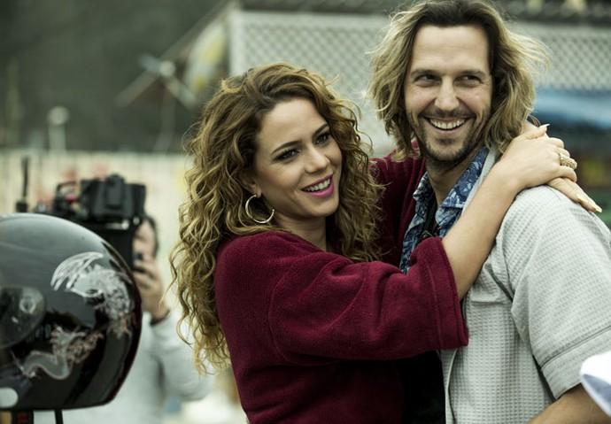 Leandra Leal e Vladimir Brichta se divertem nos bastidores das gravações (Foto: Ellen Soares/Gshow)