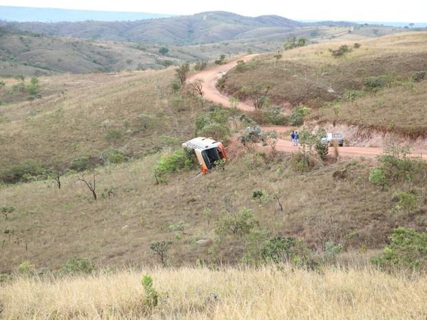 Ônibus capota no núcleo rural Cavas de Baixo, em São Sebastião, no DF (Foto: Corpo de Bombeiros/Divulgação)