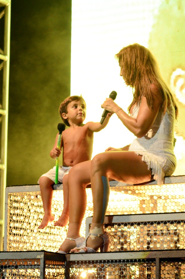 Marcelo, filho de Ivete Sangalo, divide o palco com a cantora durante show (Foto: Divulga&#231;&#227;o / Saulo Brand&#227;o)