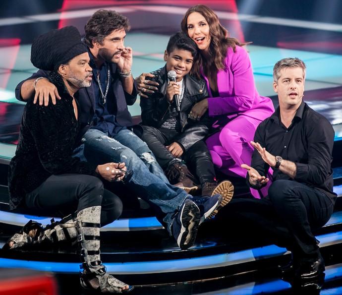 João Pedro recebe companhia dos técnicos no palco do The Voice Kids (Foto: Isabella Pinheiro/Gshow)