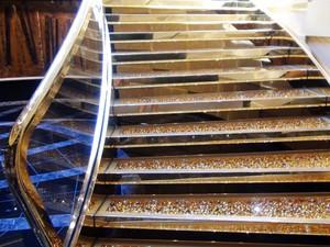 Escada dourada na primeira classe do navio é feita de cristais Swarovski (Foto: Flávia Mantovani/G1)