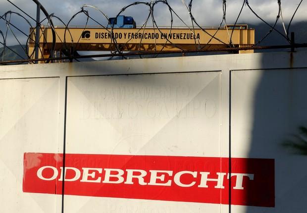 Logo da Odebrecht visto em construção em Caracas, Venezuela (Foto: Carlos Garcia Rawlins/Reuters)