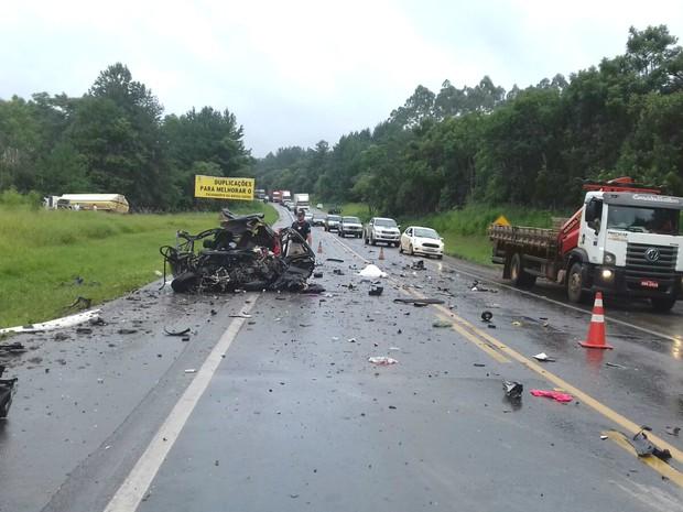 Três pessoas da mesma família morreram no acidente em Tibagi (Foto: Divulgação/PRF)