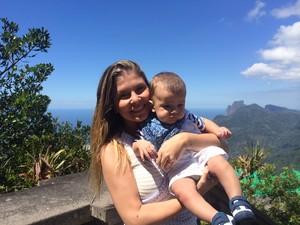 Atriz Bárbara Borges levou o filho para meditação no Cristo Redentor, no Rio (Foto: Matheus Rodrigues/ G1)