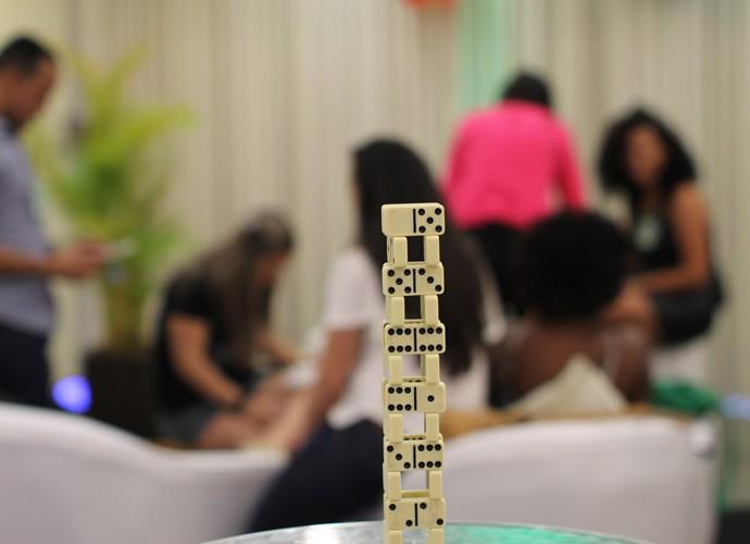 Por que será que montaram uma torre de dominó? (Foto: Gshow)