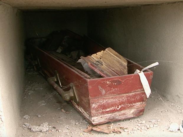 Caixão foi desenterrado em cemitério de Alagoinha, no Agreste (Foto: Reprodução/TV Asa Branca)