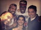 Thiaguinho posa com Fiuk e amigos em bastidores de show