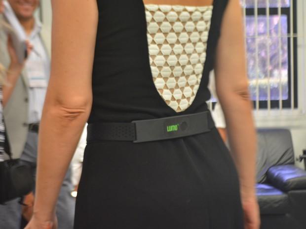 Sensor auxilia usuário a manter postura correta (Foto: Jaqueline Zanoveli/ G1)