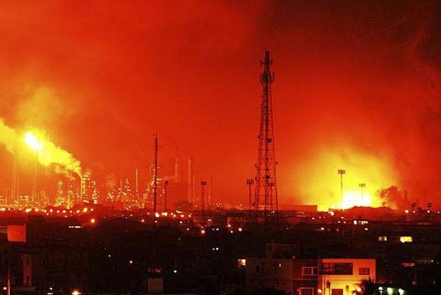 Dezenove pessoas morreram em explosão na maior refinaria da Venezuela.  (Foto: Daniela Primera/AP)