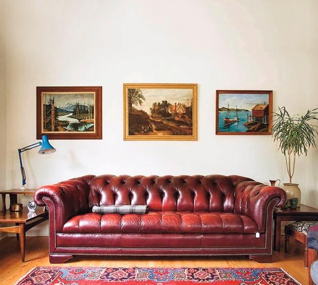 Paisagens. À esquerda, pintura a óleo garimpada na Suécia. Ao centro, pintura inglesa datada de 1973 que traz uma cena rural; à direita, a pintura a óleo com motivos náuticos e colinas ao fundo cria um clima de casa na loja Homestead, em Seattle (Foto: Homestead Seattle / Divulgação)