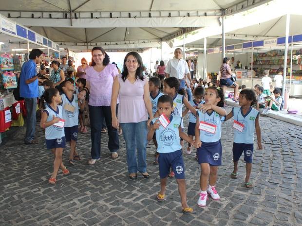 Professora leva os alunos para o salipi (Foto: Gilcilene Araújo/G1)