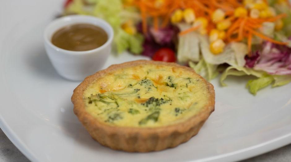 A quiche com salada da Fevitto é feita com massa integral e recheio de alho-poró e ricota  (Foto: Divulgação)