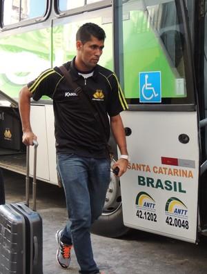 Marlon lateral-esquerdo Criciúma desembarque (Foto: João Lucas Cardoso)
