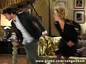 ... e acaba tomando um tapa na cara! (Foto: Sangue Bom / TV Globo)