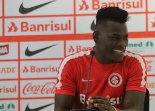 Paulão concede entrevista coletiva após treino no Beira-Rio (Foto: Eduardo Deconto)