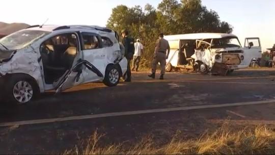 Acidente entre Kombi e táxi deixa 1 pessoa morta e 5 feridas na MG-184