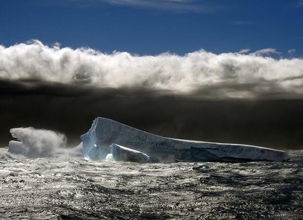 Iceberg fotografado durante tempestade na Antártica (Foto: Divulgação/Daniel Botelho)