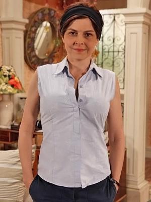 Drica Moraes, já caracterizada, como Nieta. Ela usa ombreira, peitos e bumbum falsos (Foto: Guerra dos Sexos/ TV Globo)
