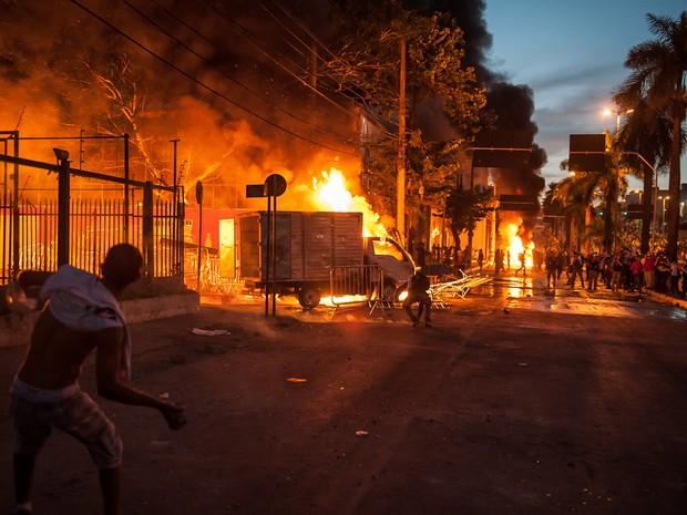 Vândalos colocam fogo em veículo durante protesto em Belo Horizonte (Foto: Alexandre Rezende/G1)